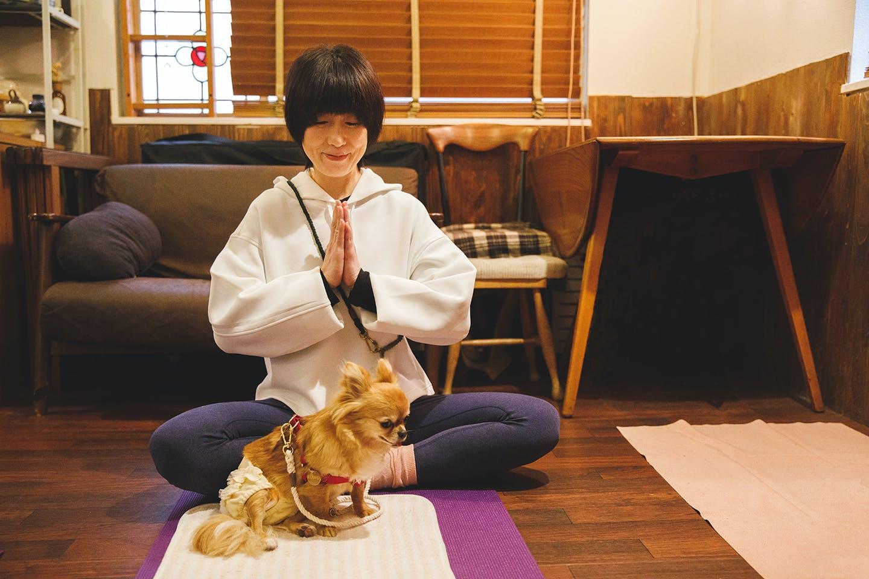 愛犬とマインドフルネスを実践!元マザードッグのタレと過ごすドッグヨーガの幸せな時間