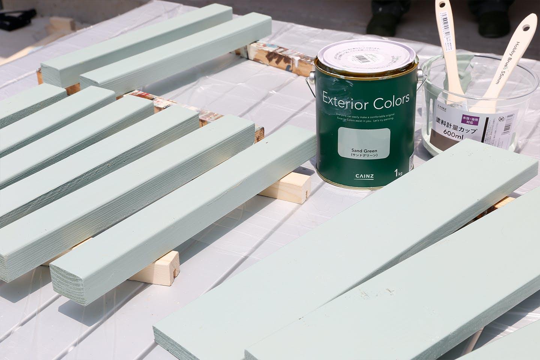 """オイルやペンキを塗るときは、板の下に""""当て木""""をしいておくと、下が汚れずに済むので便利です。"""