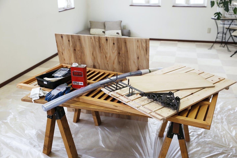 材料と道具一式。底板の合板はホームセンターのカットサービスで切ってもらったそうです。 カットしてもらえば、ノコギリ要らずで仕上がります。