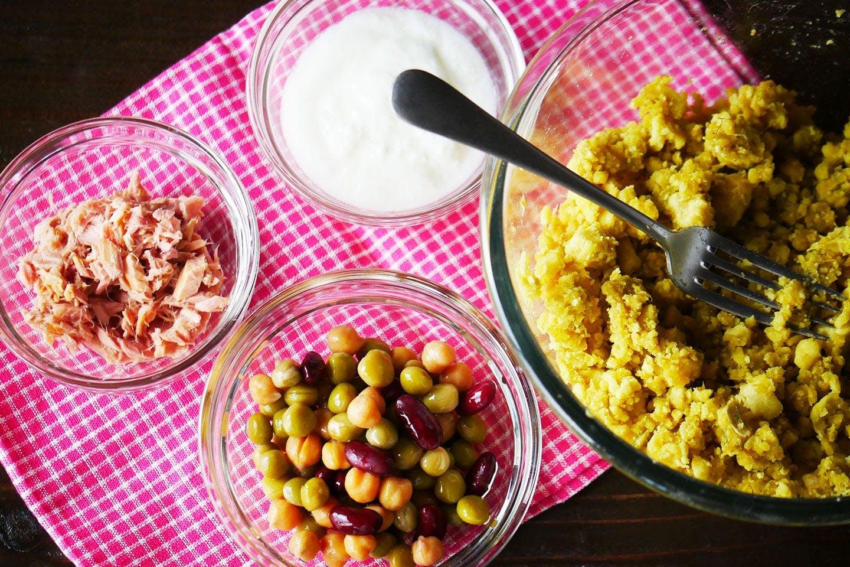ワッフル風ポテトサラダの材料 サツマイモ、ミックスビーンズの水煮缶、ツナ水煮缶、プレーンヨーグルト