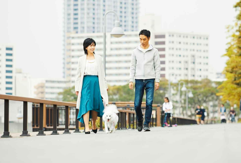 夫婦とわんちゃんで散歩