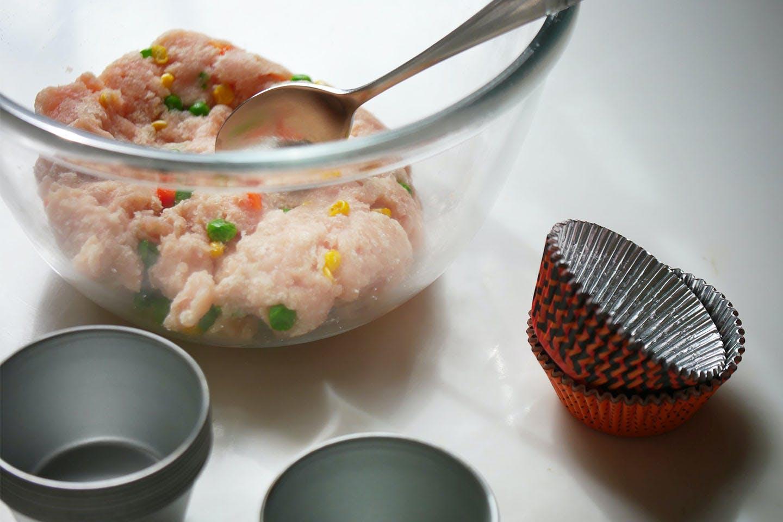 「ミートケーキ 手軽におうちハロウィン 愛犬手作りごはんレシピ  挽き肉と野菜を混ぜる
