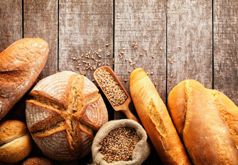 テーブルとパン