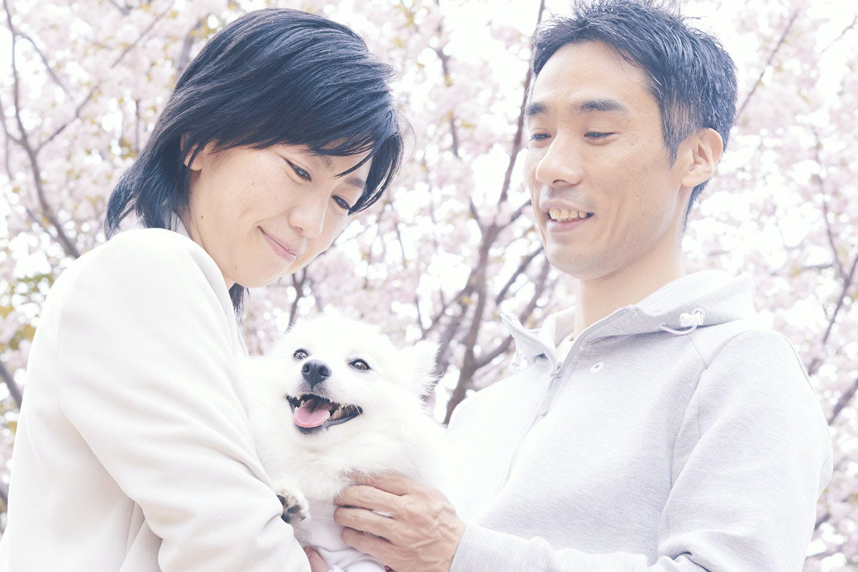 愛犬を抱っこする夫婦