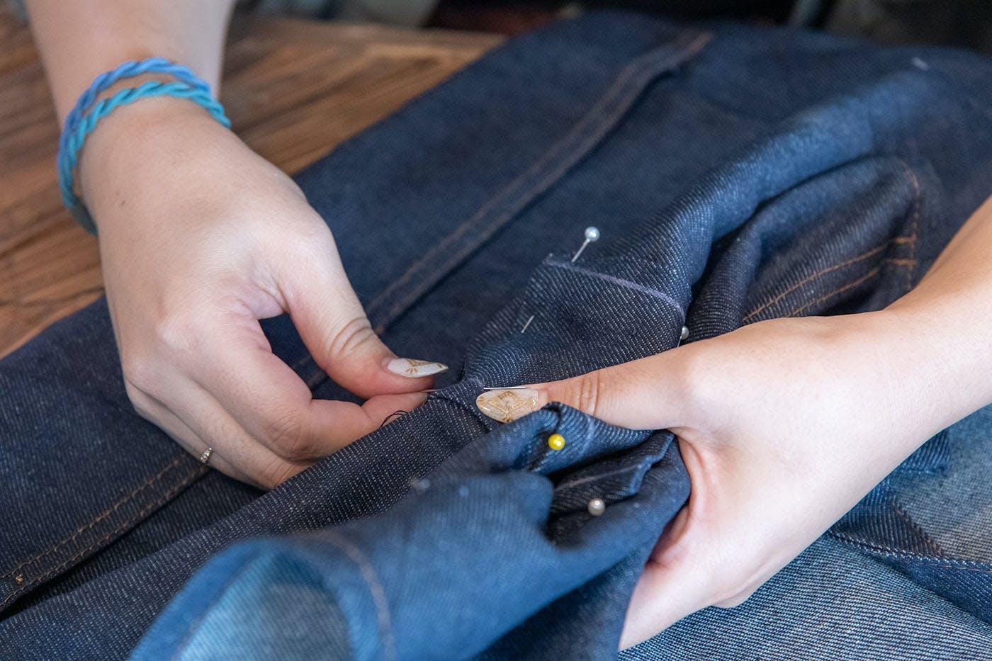 糸と針でサイドを縫い合わせるところ