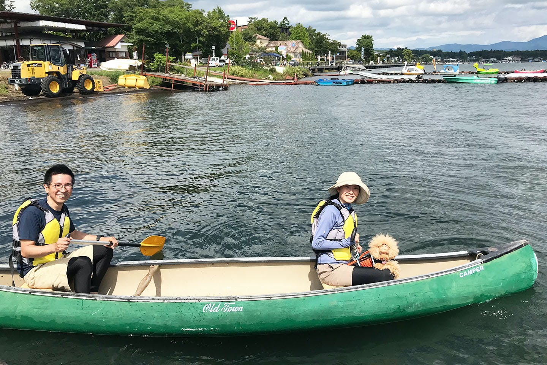 カヌーに乗る飼い主さんとネネ