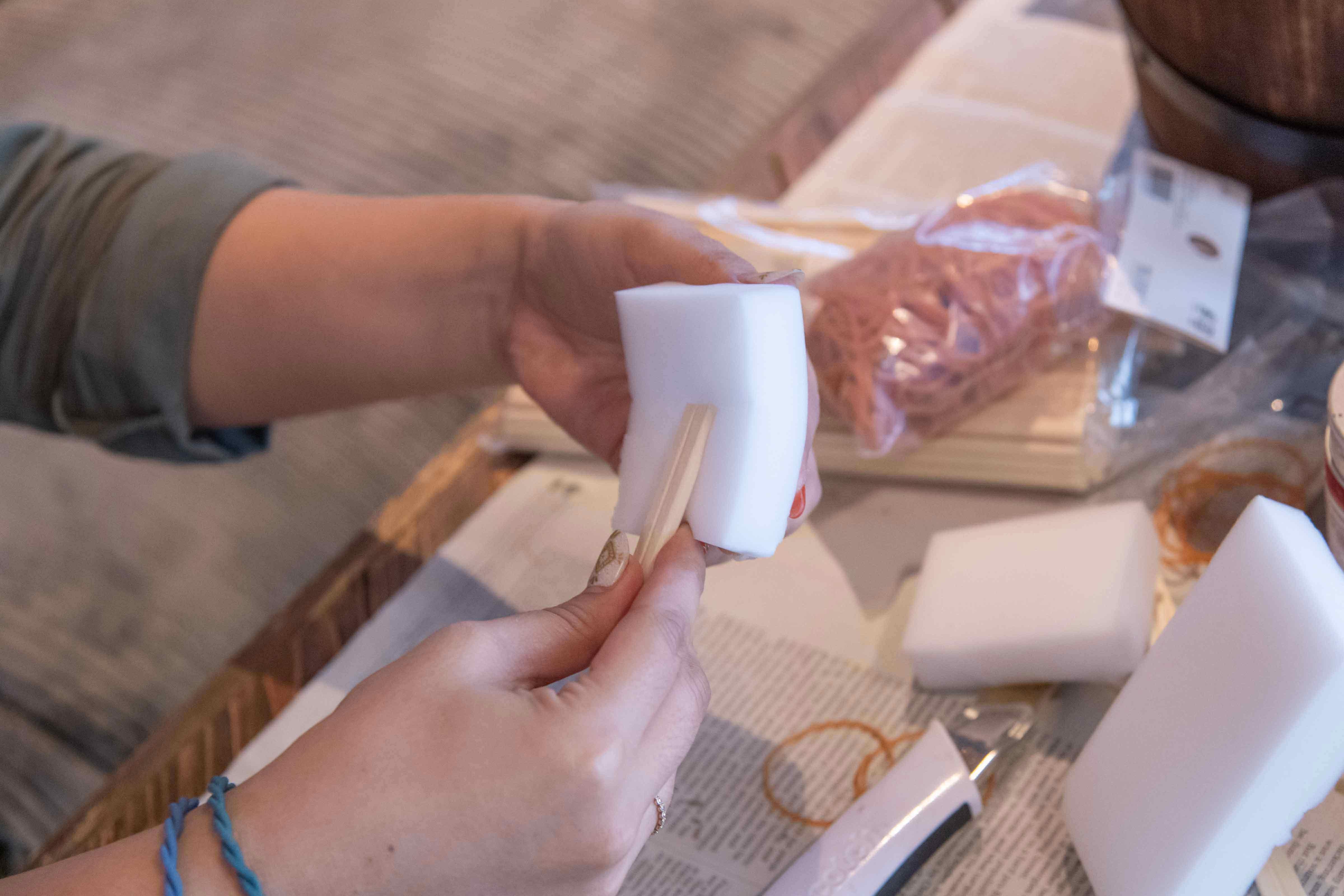 ステンシルスポンジの作り方 割り箸につける