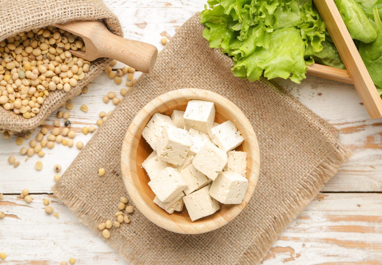 【獣医師監修】犬は豆腐を食べても大丈夫?適量や市販の豆腐を選ぶポイント、大豆アレルギーがあるときの注意点などを解説