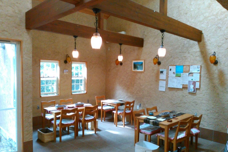珪藻土の壁と木のテーブルが温かみを感じさせる店内
