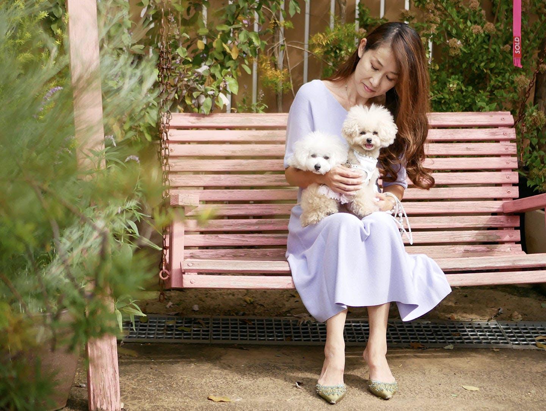 ブランコに座るHIROMIさんと愛犬