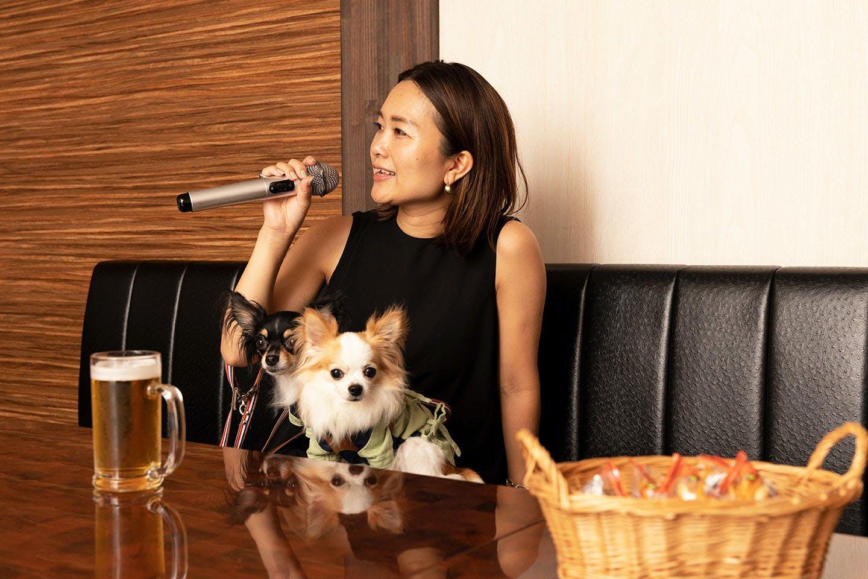 カラオケを楽しむ中原さんと愛犬