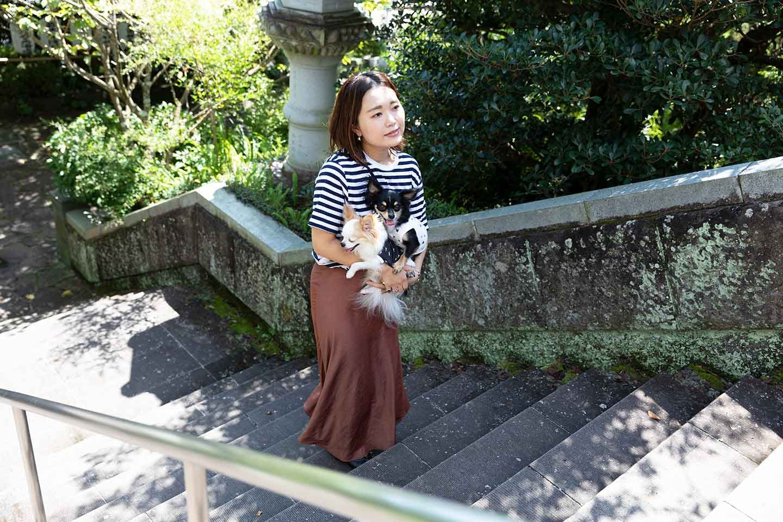 神祇大社の階段を登る中原さん