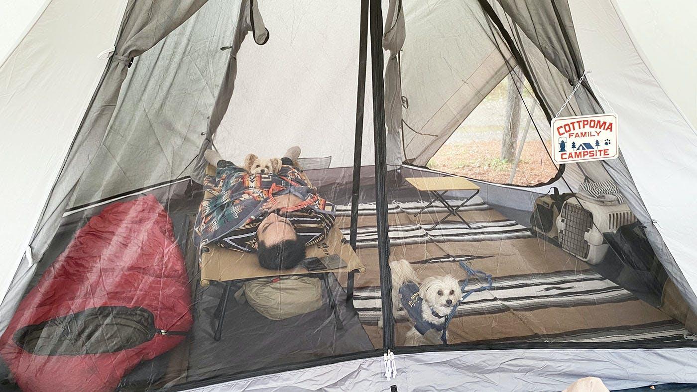 テントで休むAYAMEさんご家族