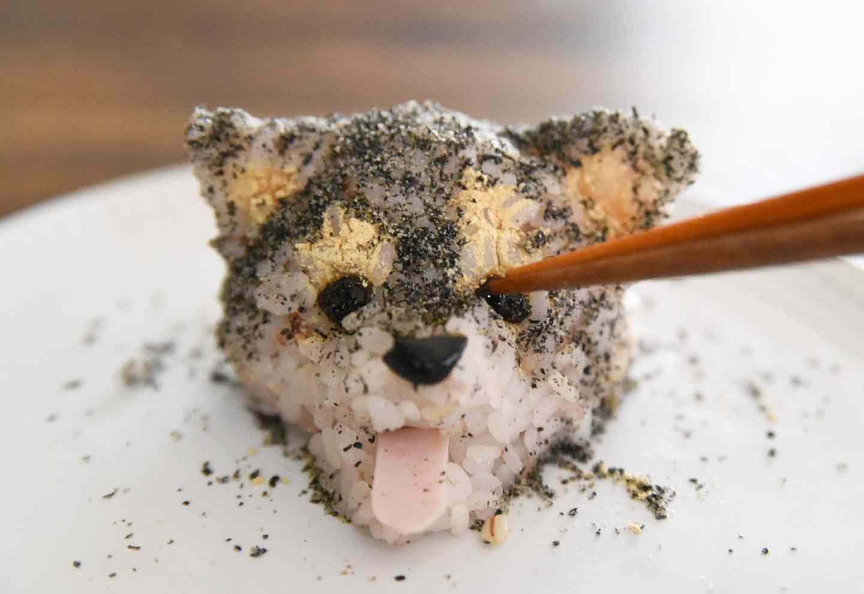 柴犬おにぎり 黒豆で目を作る
