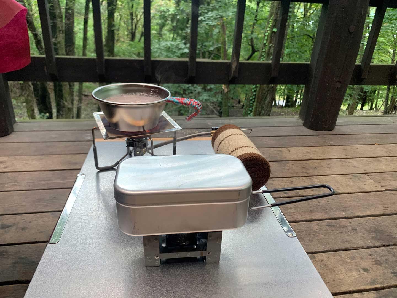 キャンプで料理中