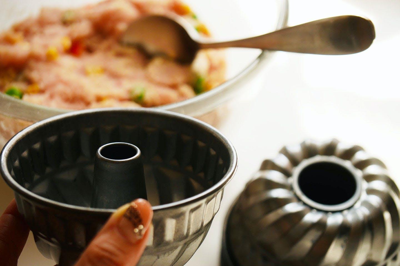 【1時間で完成】「ミートケーキ」に可愛く黒猫アレンジ!《愛犬手作りごはんレシピ》 型に入れる