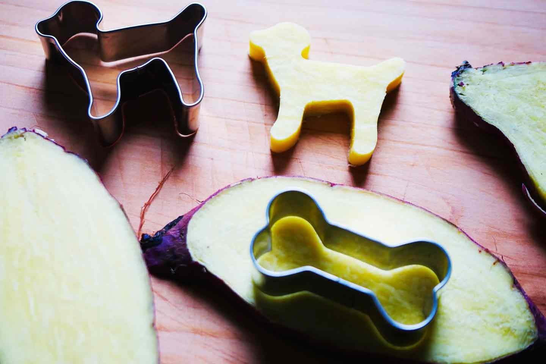 愛犬手作りごはんレシピ お子さまランチ サツマイモを切り抜く