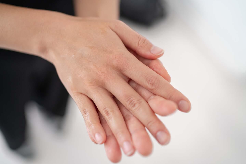 両手をこすって温める