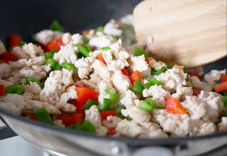 愛犬手作りごはんレシピ ガパオライス 鶏肉とパプリカとピーマンを炒める