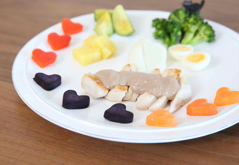 愛犬のチョコフォンデュ風プレート 鶏胸肉、うずらの卵、ブロッコリー、さつまいも、芽キャベツ、にんじん、紫にんじん、赤パプリカ