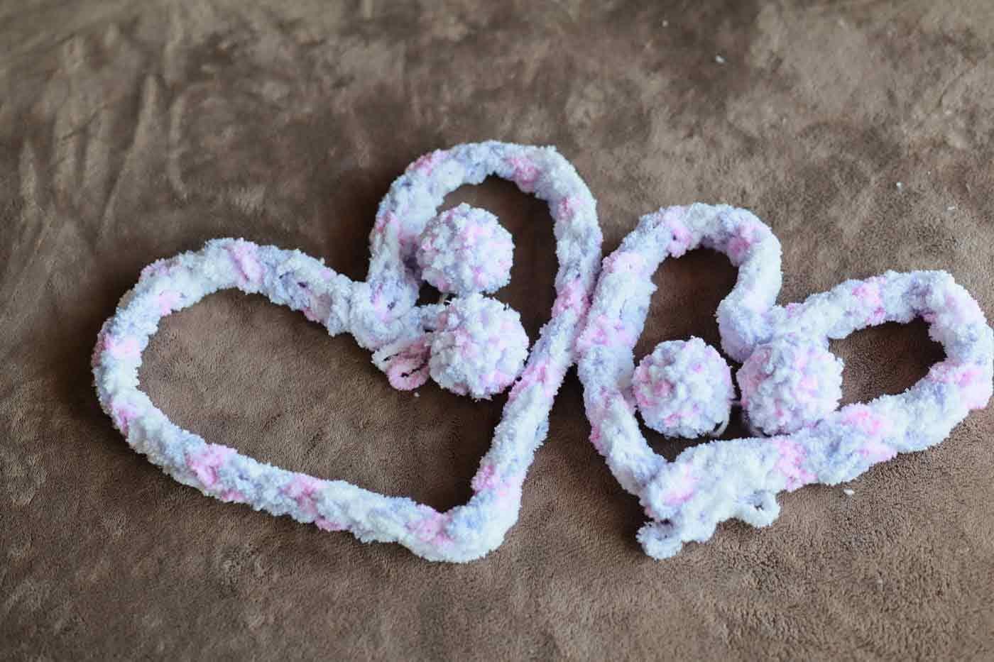 愛犬用指編み ポンポンとマフラー
