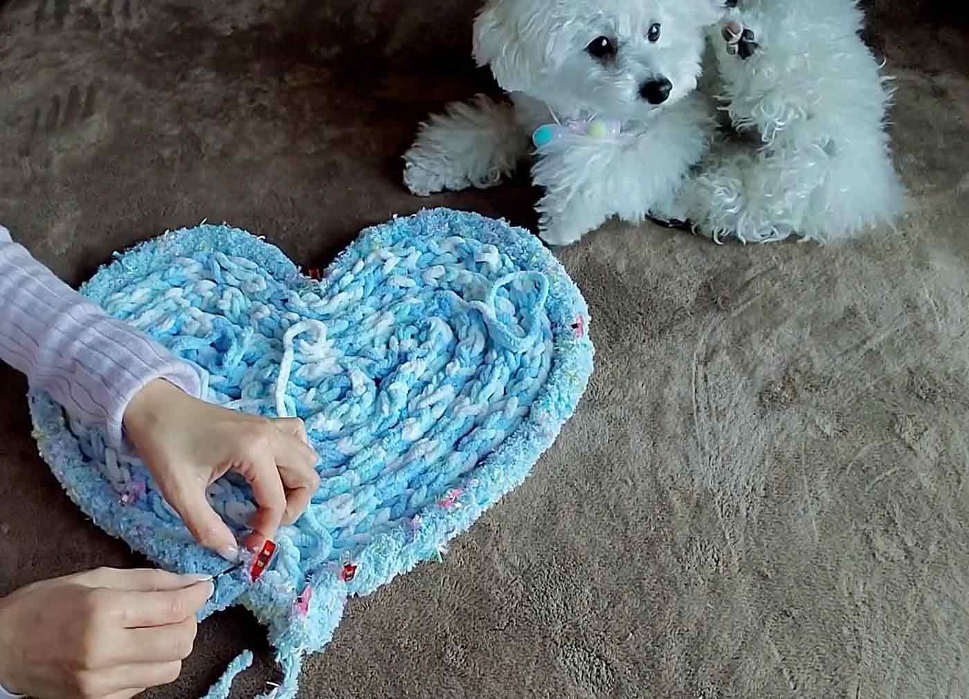 愛犬用指編み ヘアピンで毛糸をかがっていく