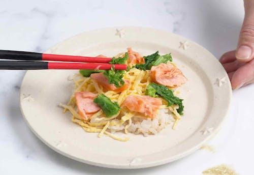 愛犬用 鮭と菜の花のちらし寿司レシピ 酢飯に酒、菜の花、卵を飾る