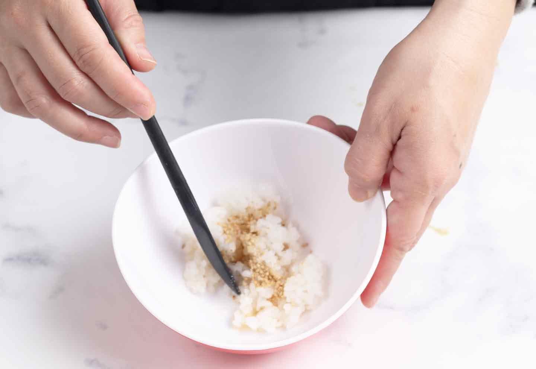 愛犬用 鮭と菜の花のちらし寿司レシピ ごまとりんご酢を混ぜ合わせる