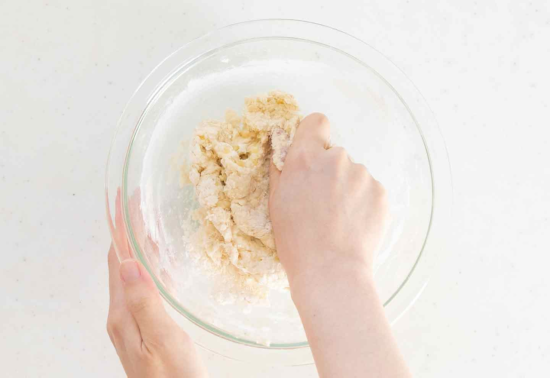手作り愛犬用パン バナナフォカッチャ 犬ごはん先生 小麦粉とベーキングパウダーを混ぜてこねる