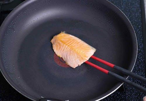愛犬用 鮭と菜の花のちらし寿司レシピ 鮭を焼く