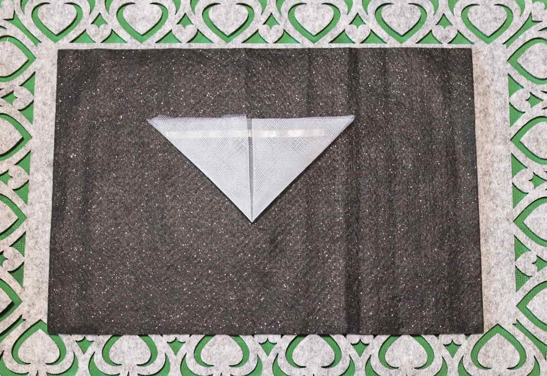 愛犬用蝶ネクタイの作り方 チュールを三角に折って襟にする