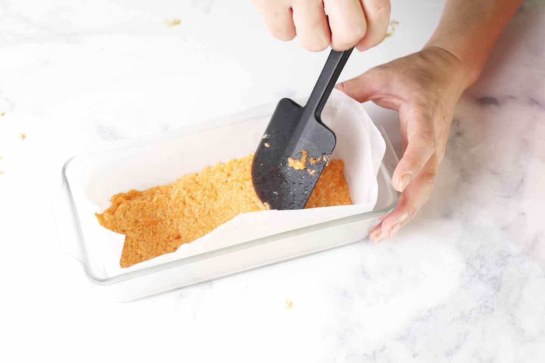 愛犬手作り健康ごはん にんじんケーキ 作り方 型に流しこ流し込み、平らにする