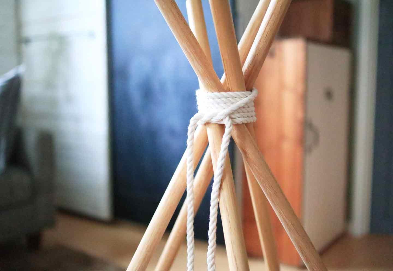 愛犬用の簡単ティピーテントの作り方 丸棒を広げる