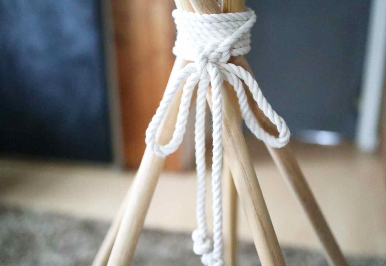 愛犬用の簡単ティピーテントの作り方 丸棒を綿ロープで縛る