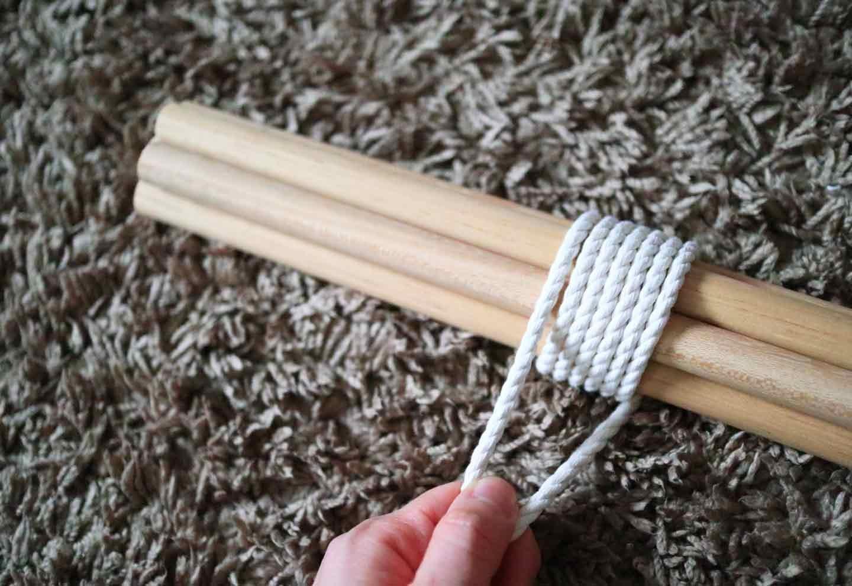 愛犬用の簡単ティピーテントの作り方 丸棒をロープで束ねる