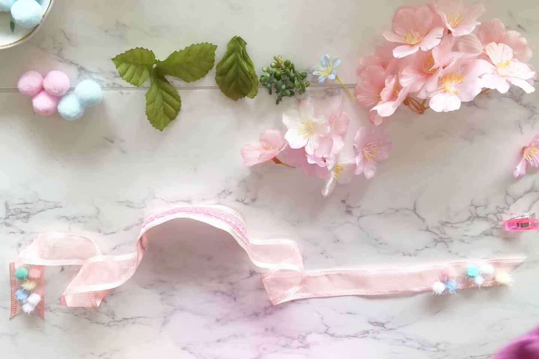 100均 桜 愛犬用の花飾り 花材をリボンにつける