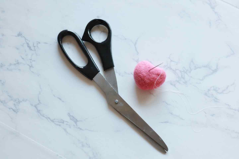 靴下うさぎ 愛犬おもちゃ手作り 材料 ハサミ 針糸