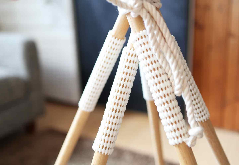 愛犬用の簡単ティピーテントの作り方 丸棒の上下にしっかり滑り止めを貼る