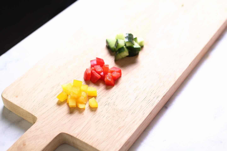 愛犬手作り健康ごはん 豆腐の彩りサラダ 野菜をカット