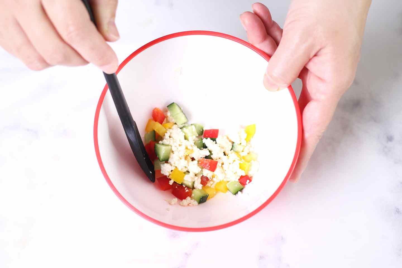 愛犬手作り健康ごはん 豆腐の彩りサラダ ボウルで豆腐と野菜をあえる