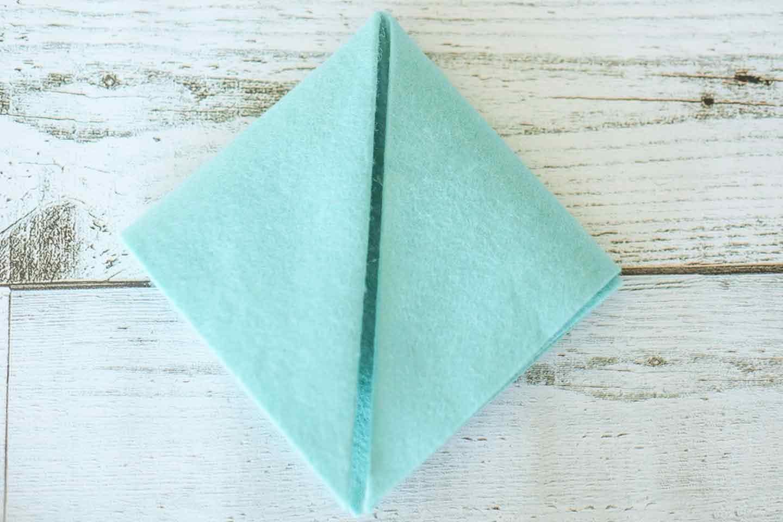 正方形のフェルトに折り目をつける