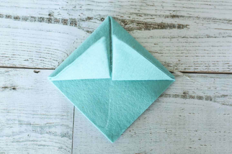 三角形に折り上げる