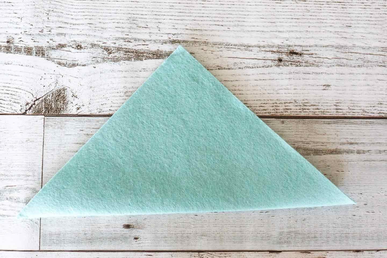 正方形のフェルトを半分に折る
