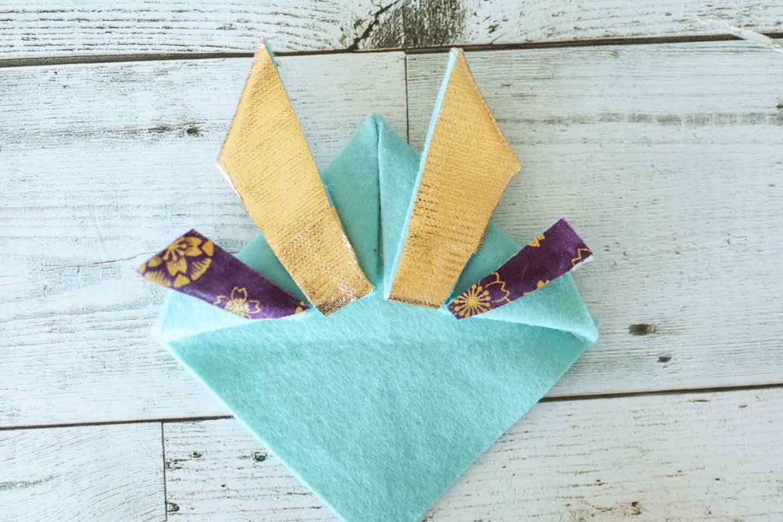 アレンジツノ(鍬形)の作り方 表面に飾り布を貼る