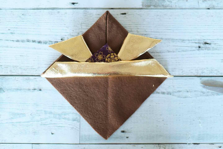 基本のツノ(鍬形)の作り方 飾り布を貼る