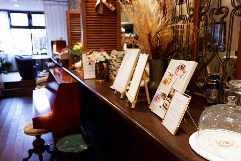 アンティーク調の店内とピアノ