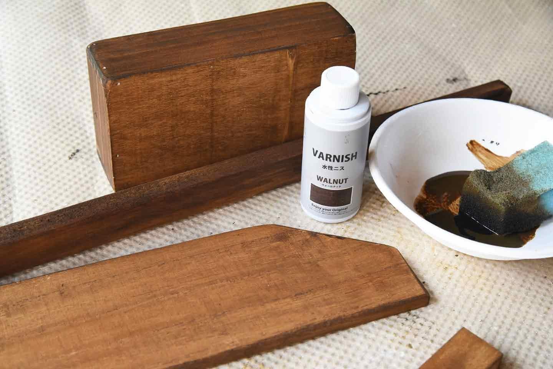 愛犬用「収納つき手作り連絡ボード」の作り方 カットした木材をニスで塗装