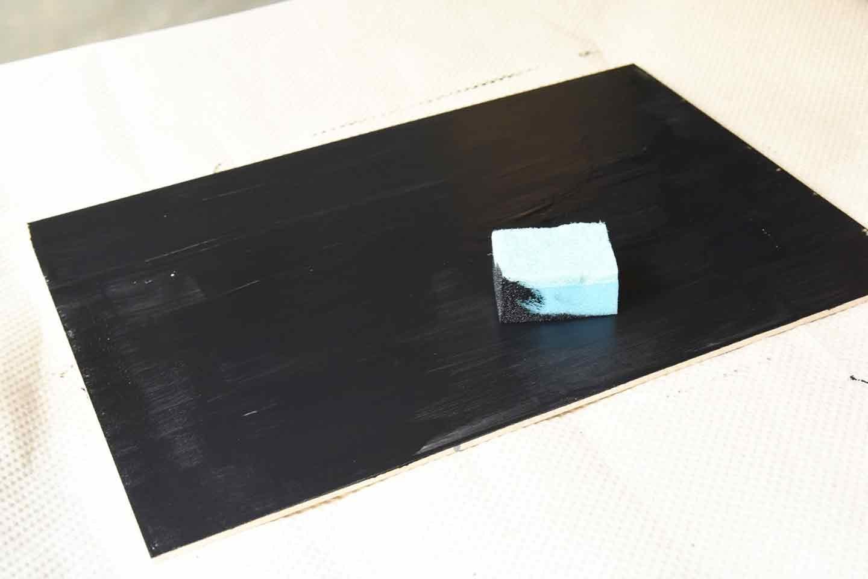 愛犬用「収納つき手作り連絡ボード」の作り方 カットした木材に黒板塗料を塗る