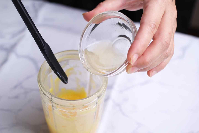 マンゴーを使った愛犬用フルーツプリンの作り方 温めたゼラチンを合わせる