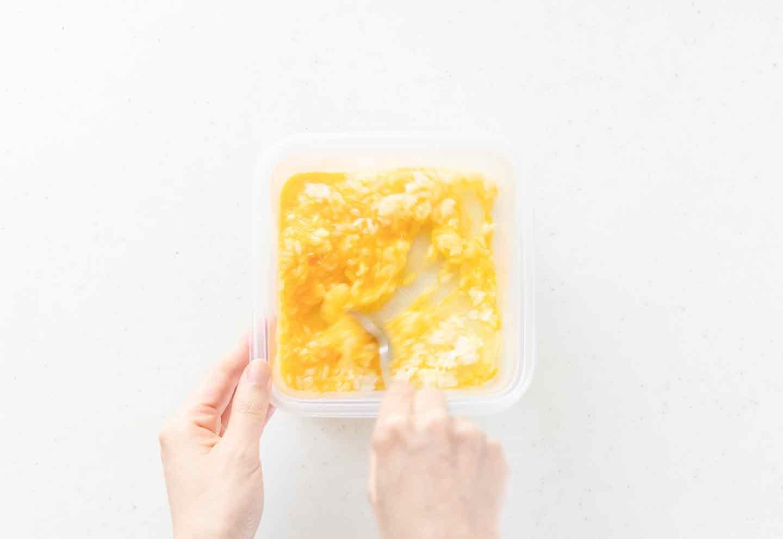 愛犬用まぐろチャーハンのレシピ 卵とごはんを混ぜ合わせる